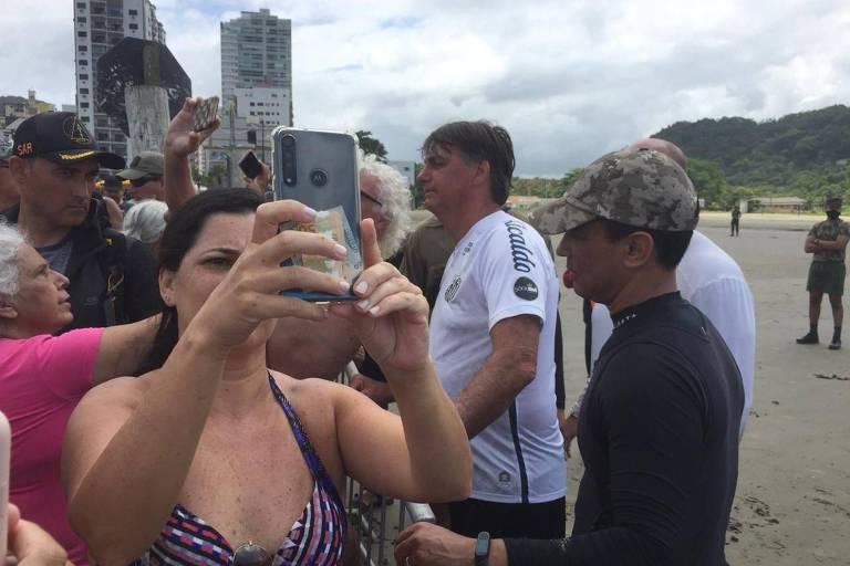 Bolsonaro cercado por banhistas numa praia