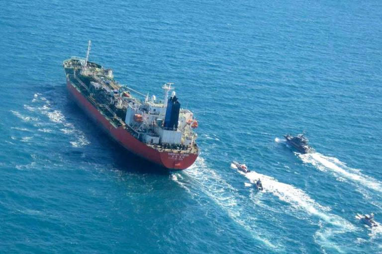 Petroleiro sul-coreano é escoltado por barcos da Guarda Revolucionária do Irã nesta segunda (4)