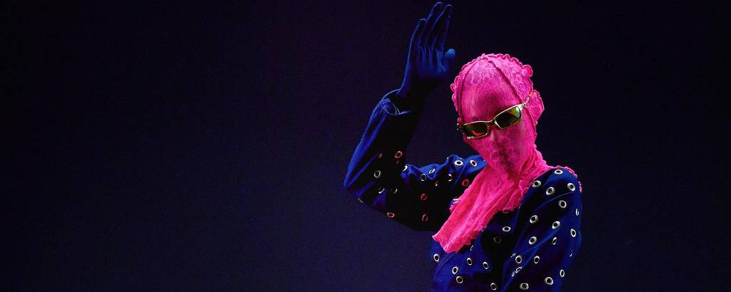 Modelo veste look da Ken-gá, uma das marcas da moda no pós-pandemia