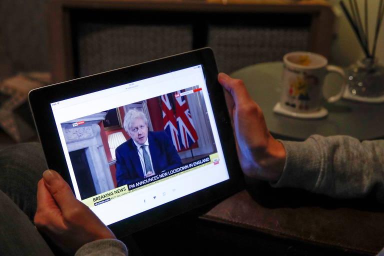 Wendy Couldridge, uma professora em Hertford, assiste a pronunciamento de Boris Johnson sobre lockdown na Inglaterra