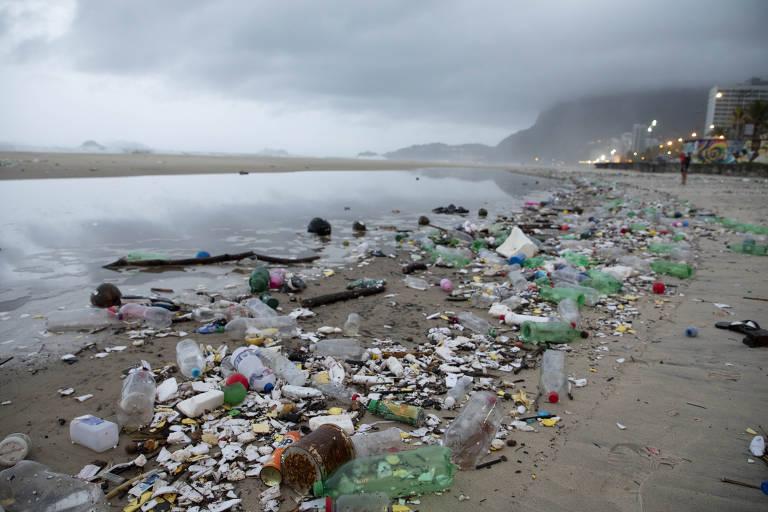 Lixo invade praia de São Conrado, no Rio