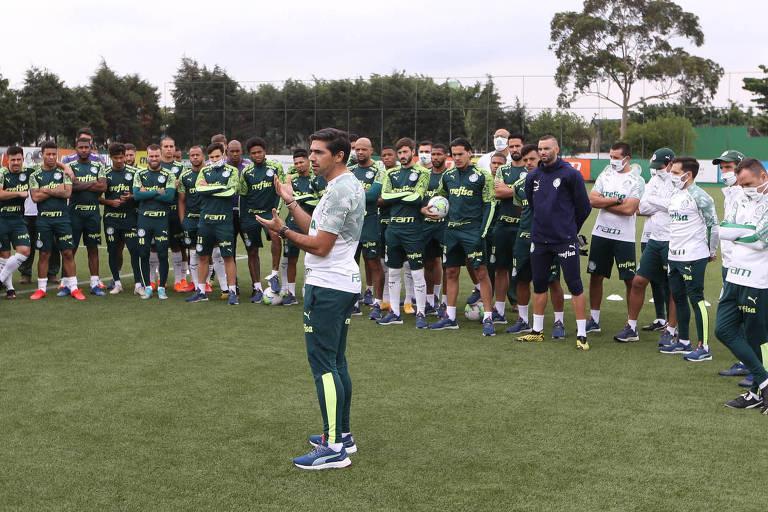 O técnico Abel Ferreira conversa o elenco e comissão técnica na Academia de Futebol; Alviverde tem duelo difícil contra o River