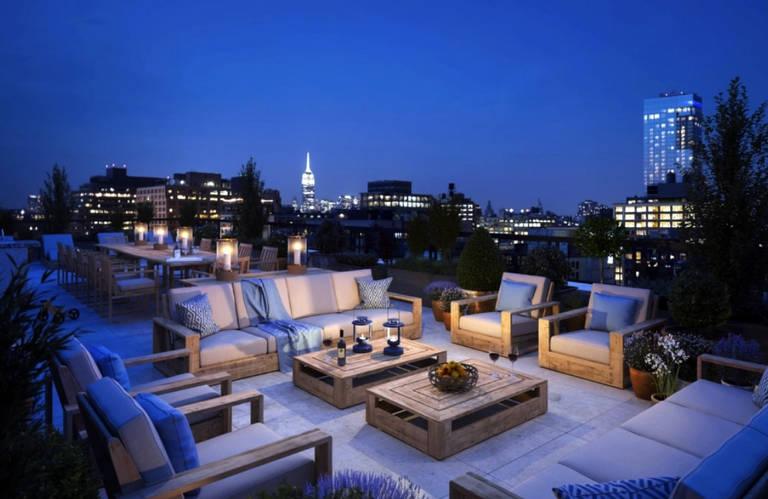 O apartamento possui 5 quartos, 6 banheiros e um terraço de 1.900 metros quadrados