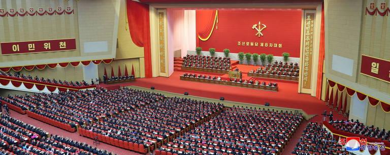Milhares de delegados e espectadores acompanham discurso de Kim Jong-un no 8º Congresso do Partido dos Trabalhadores, em Pyongyang
