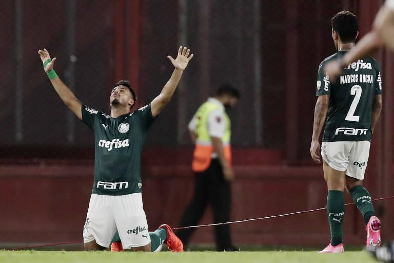Destaque do Palmeiras, Gabriel Menino ajoelha e ergue os braços para o céu após o apito final
