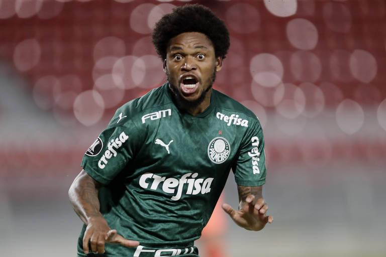 Luiz Adriano comemora o seu gol, o segundo do Palmeiras na vitória por 3 a 0 sobre o River Plate, em Avellaneda, na Argentina, pelo jogo de ida da semifinal da Libertadores