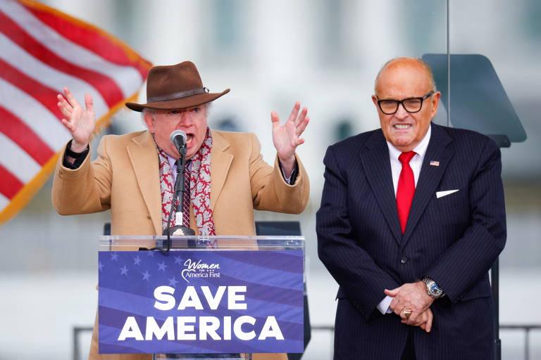 John Eastman, professor de direito na universidade Chapman (de chapéu) e Rudy Giulani, advogado de Trump, durante comício