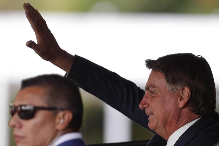 O presidente Jair Bolsonaro saúda apoiadores