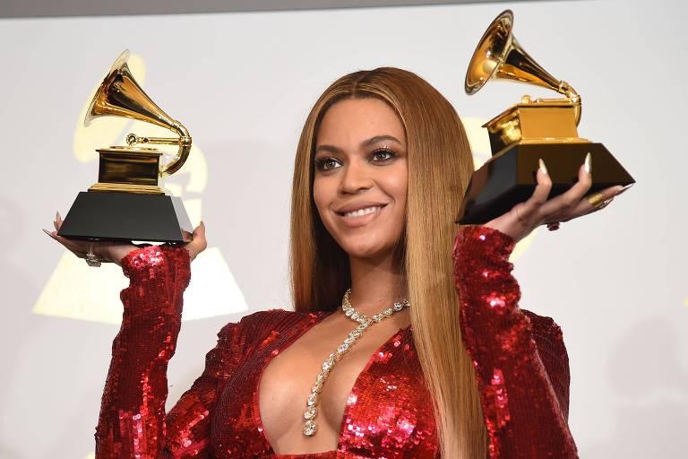 Beyoncé posa com seus prêmios na 59ª edição do Grammy
