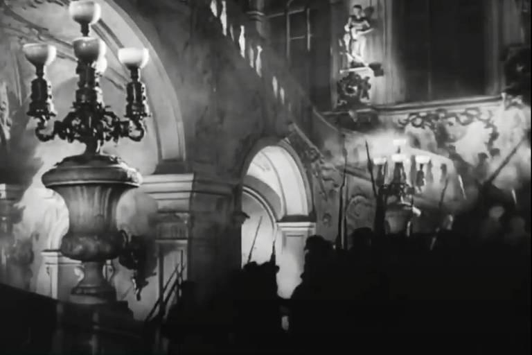 sombras de homens subindo escadas de palácio suntuoso