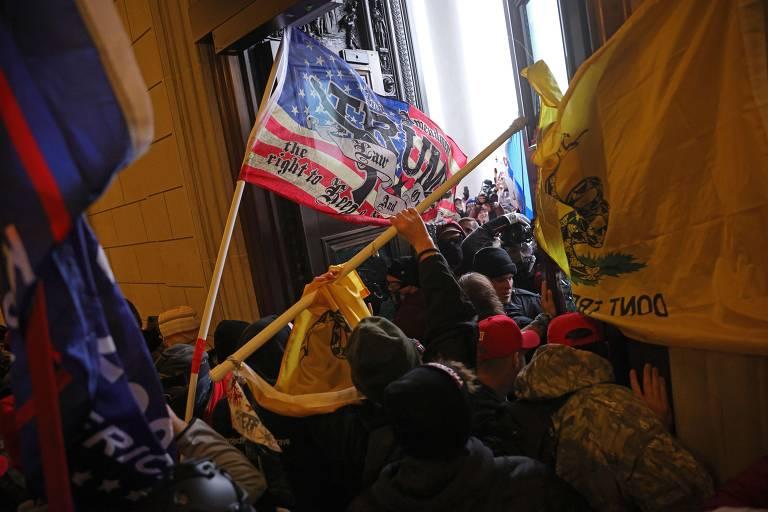 Apoiadores de Trump entram em confronto com a polícia e invadem Congresso dos EUA
