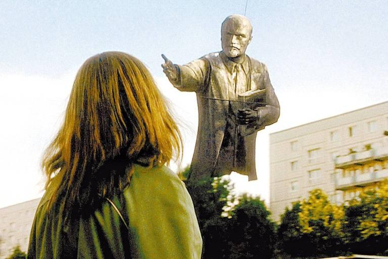 estátua de Lênin sendo removida