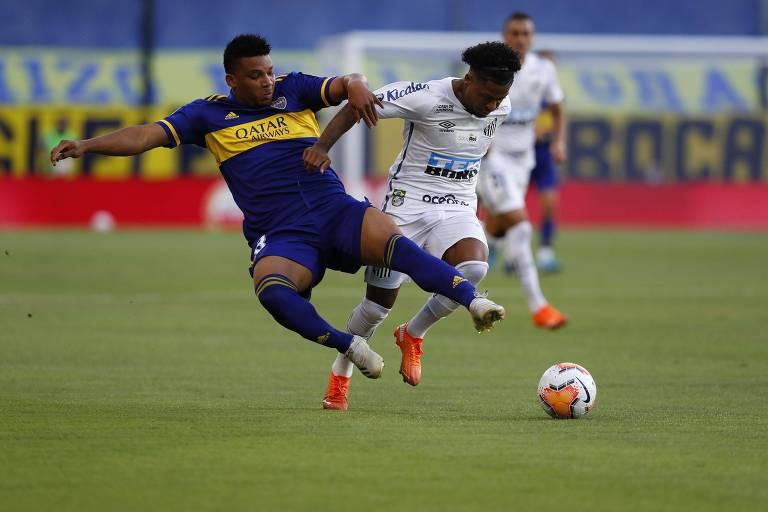 Jogador santista Marinho (à dir.) disputa a bola com jogador Frank Fabra, do Boca Juniors