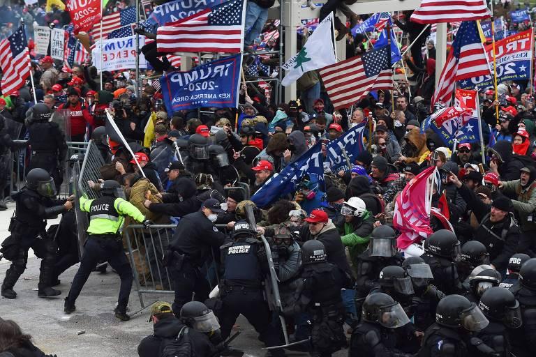 Apoiadores de Trump quebram barreiras do Congresso e entram em choque com policiais, em Washington