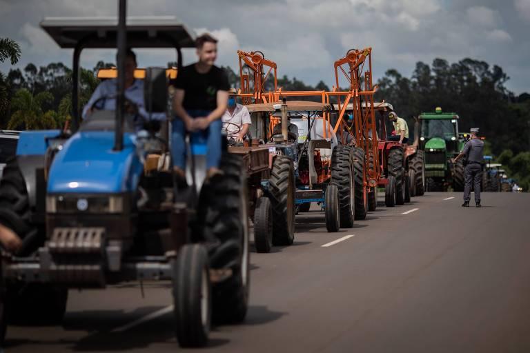 Agricultores fazem 'tratroraço' contra o ICMS em Holambra (SP)