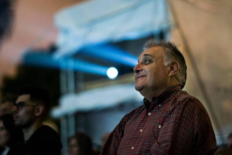Marcelo Puppi, homem de 61 anos, grisalho, veste camisa vermelha