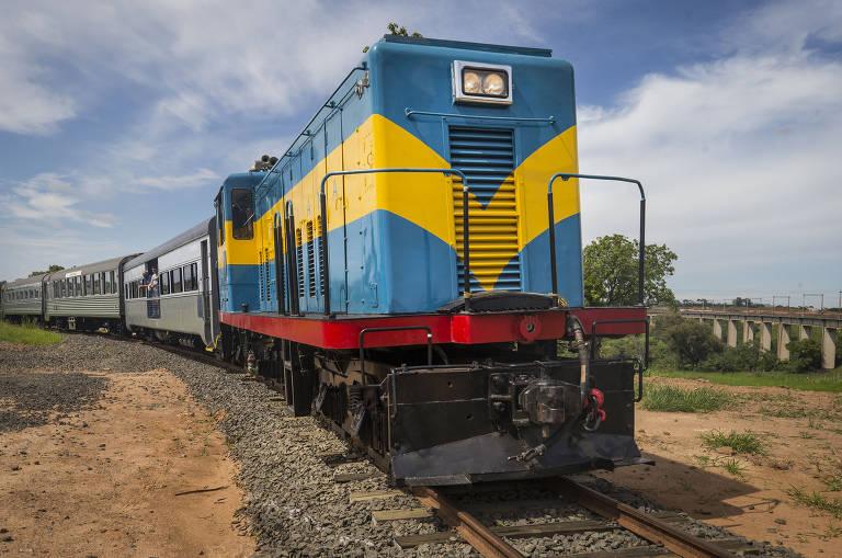 Vista frontal do trem republicano durante o passeio entre Salto e Itu
