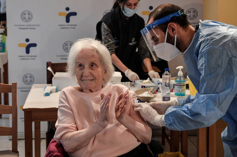 Confira em imagens como está a vacinação contra a Covid-19 pelo mundo