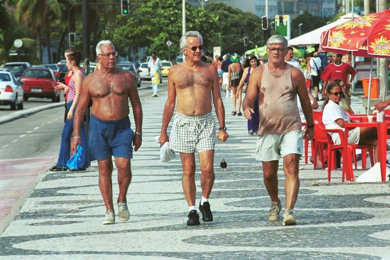 Moradores idosos no calçadão da praia de Copacabana, em 2001, bairro que com alta concentração de idosos do Rio de Janeiro