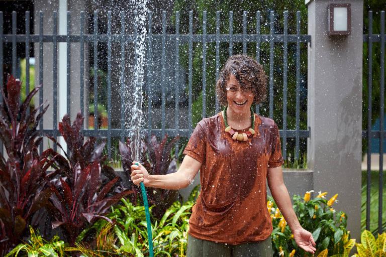 Carol Costa é professora de jardinagem e lançou livros para descomplicar o cultivo de plantas