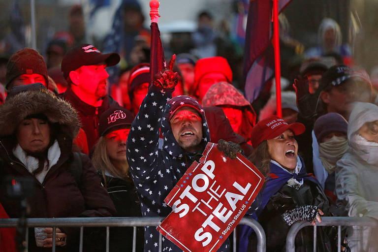 Apoiadores de Trump na praça da Liberdade, em frente ao Congresso americano, em protesto contra a certificação da vitória de Joe Biden