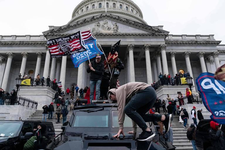 Apoiadores do ex-presidente dos EUA Donald Trump durante invasão do Congresso americano, em Washington