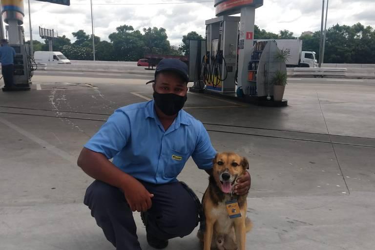 """Fred, que """"trabalha"""" como frentista num posto de combustíveis no Pari (zona norte), ao lado do melhor amigo, o frentista Jedilson Borges Cardial, 25"""