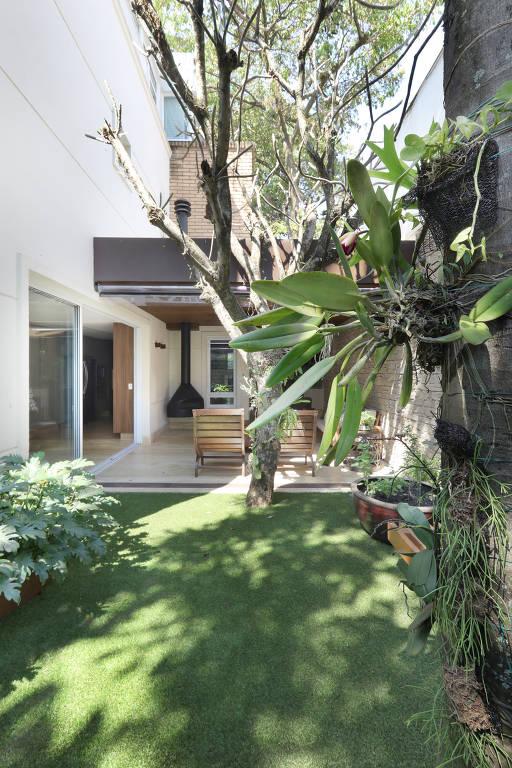 Área externa de casa em Pinheiros, zona oeste de São Paulo, que passou a ser mais utilizada após mudanças sugeridas pela Figa Arquitetura