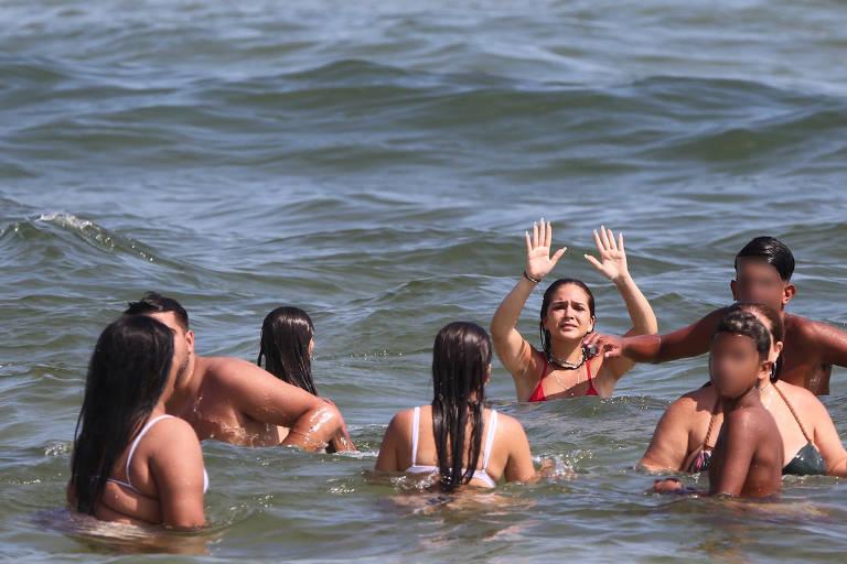 Mel Maia curte praia ao lado dos amigos; jovens teriam ameaçado fotógrafos