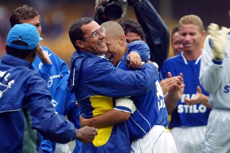 Alex celebra com Vanderlei Luxemburgo a conquista do Brasileiro de 2003