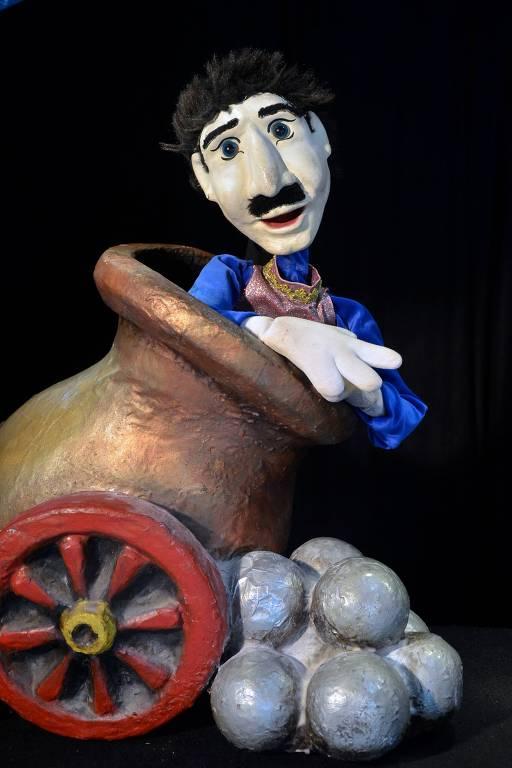 O boneco está dentro de um canhão, pronto para ser arremessado