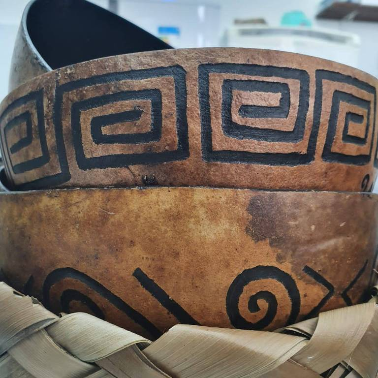 Cuias com desenhos indígenas
