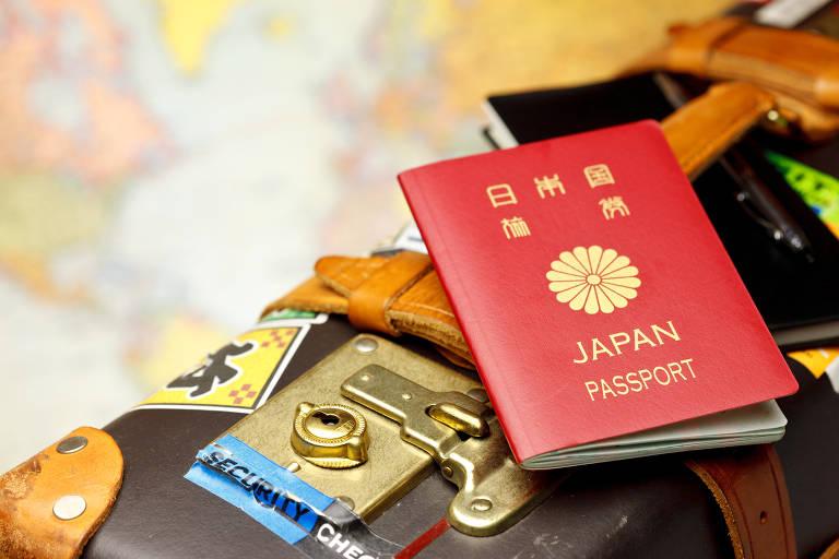 Passaporte vermelho sobre mala