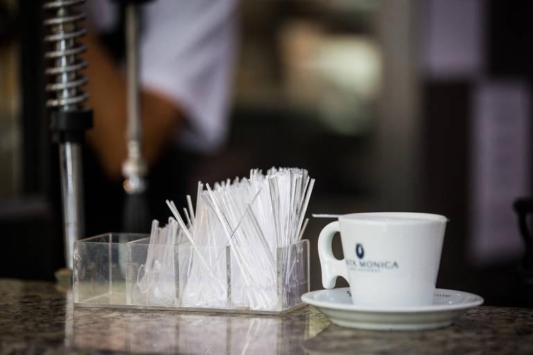 Lei que proíbe utensílios de plástico em bares e restaurantes de SP não foi regulamentada