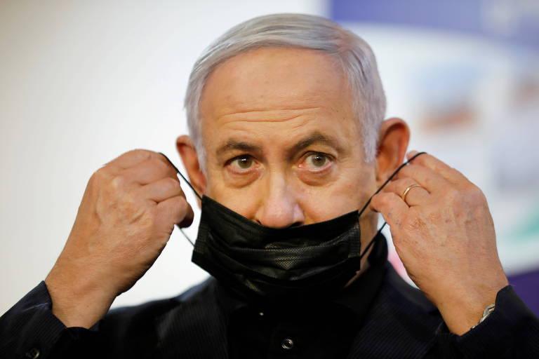 O premiê de Israel, Benjamin Netanyahu, ajusta máscara após receber vacina contra coronavírus