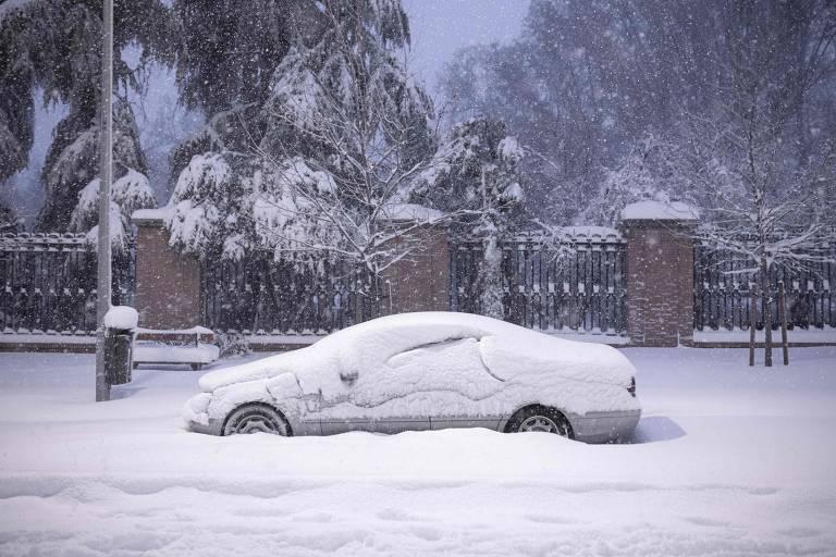 Carro coberto de neve em Madri em meio a forte nevasca que atinge o país