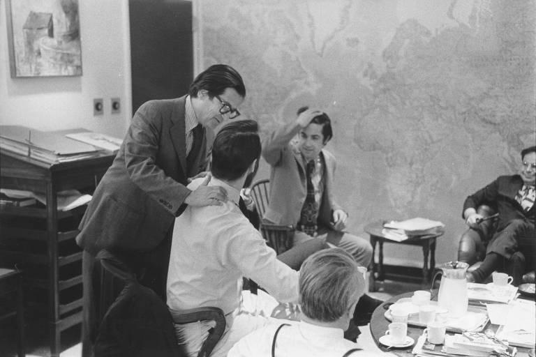 Jornalistas do New York Times se cumprimentam após a publicação dos Papéis do Pentágono, em 1971; Sheenan é o segundo a partir da direita