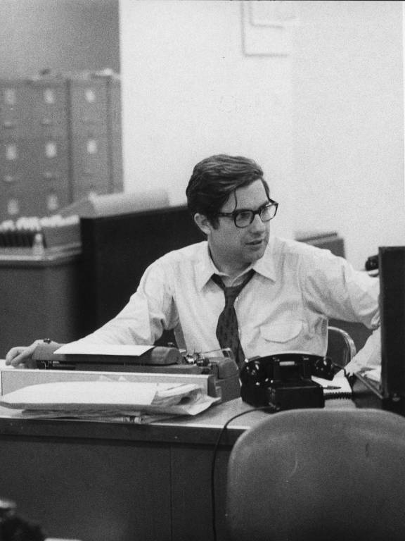 O jornalista Neil Sheehan em sua mesa na Redação do New York Times, em Manhattan