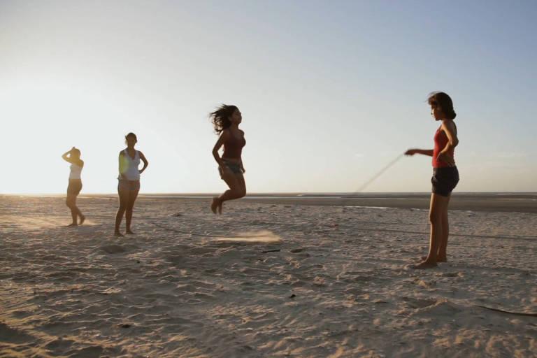 Crianças brincam de pular corda