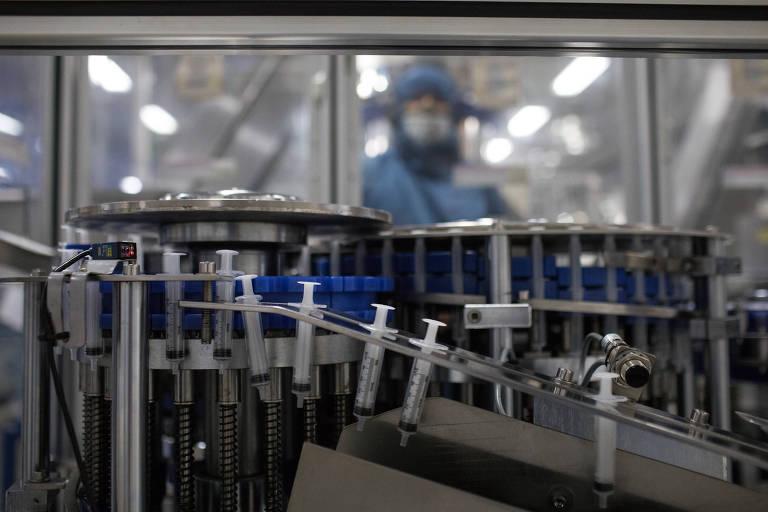 Linha de produção de seringas da fábrica SR, na Zona Franca de Manaus