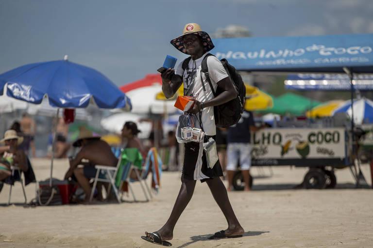 Senegaleses tentam superar crise com venda de bugigangas em praias do Guarujá