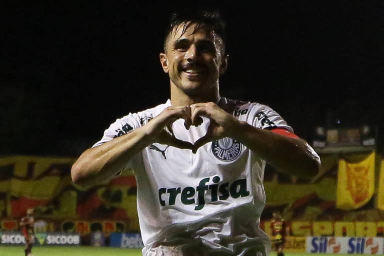 Willian comemora gol contra o Sport em partida pelo Campeonato Brasileiro em Recife