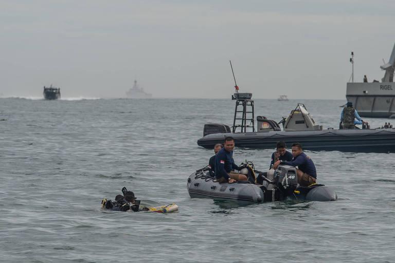 Bote, submarino e mergulhador