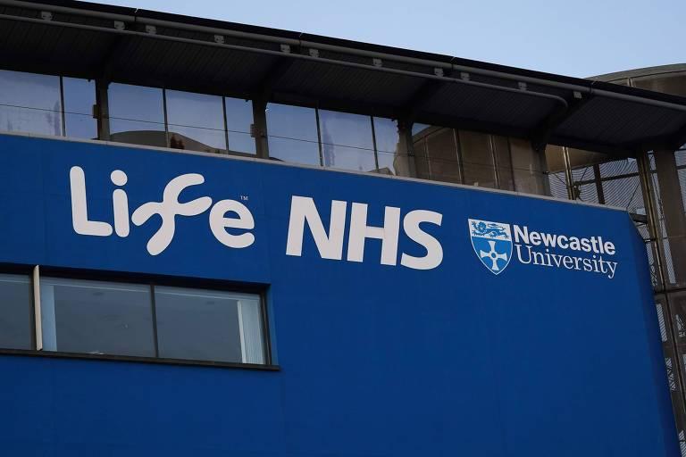 Fachada azul escuro com as palavras Life NHS