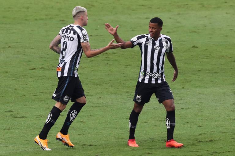 Jobson (à esq.) celebra gol contra pelo Santos contra o São Paulo no Morumbi