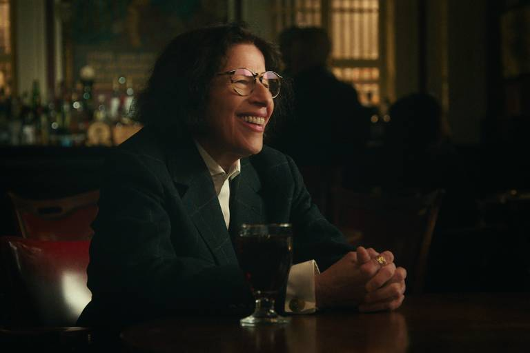 mulher de terno sentada à mesa em restaurante