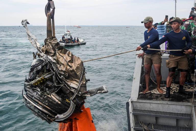 Equipe de resgate retira do mar parte dos destroços do avião que caiu