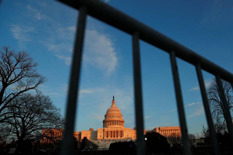 O Capitólio, sede do Legislativo americano, com grades um dia após a invasão de apoiadores do presidente dos EUA, Donald Trump