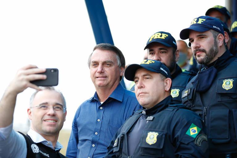 Ministro André Mendonça (Justiça) tira foto com Bolsonaro e policiais rodoviários federais em Registro (SP)