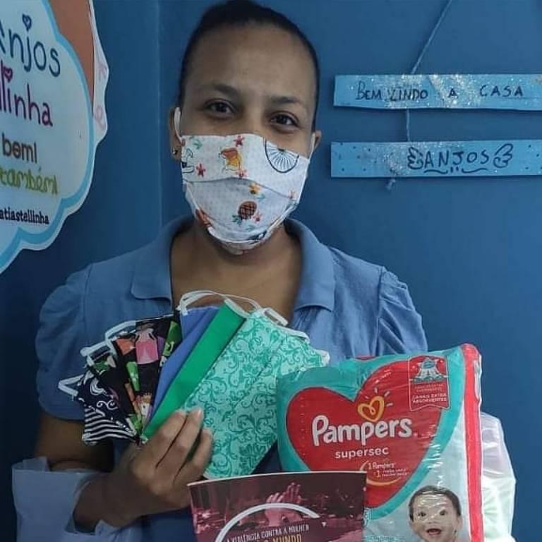 Beneficiária da ONG Grupo Anjos da Tia Stellinha, no Rio, durante a pandemia